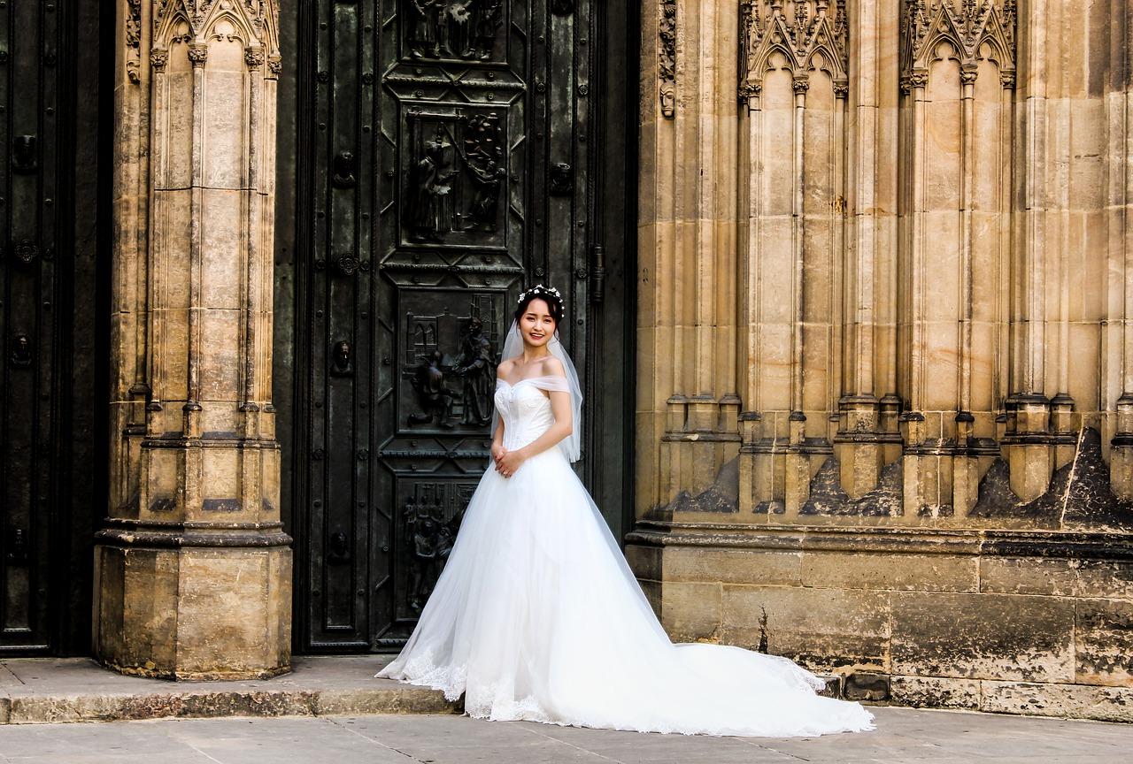 Sukienka koktajlowa na wesele – jak wybrać odpowiednią?